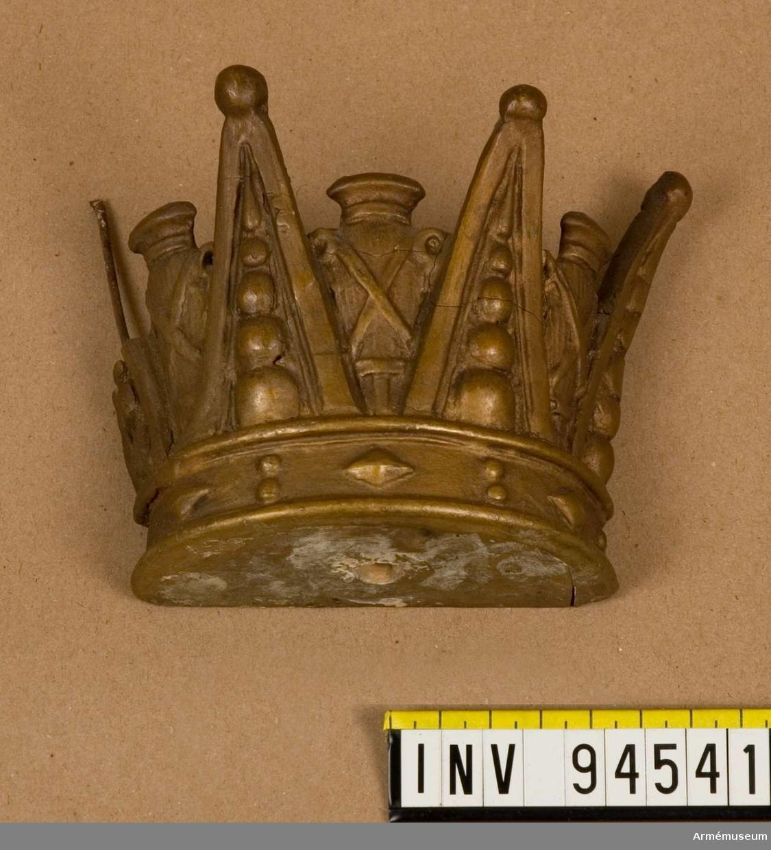 Krona tillhörande ramen till oljemålning av prins Carl.