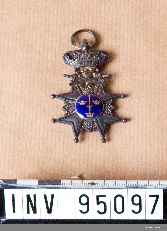 """Svärdsorden Instiftat 1850 och utdelades till underofficerare. Försedd med devisen """"Pro patria""""."""