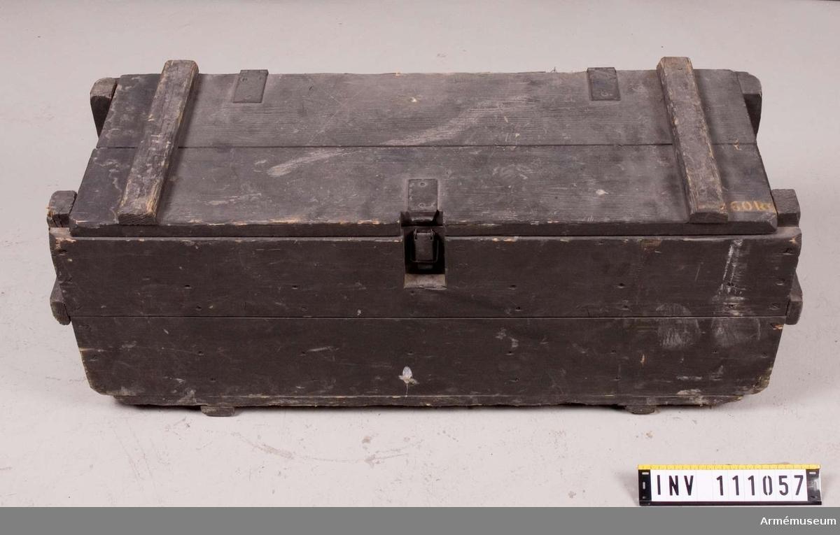 I lådan finns förutom 5 st stridsvagnsminor även 1 st blind mintändare m/1947. 60 kg.