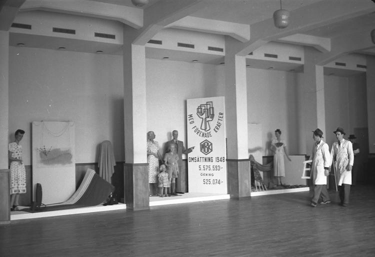 """Text till bilden: """"Konsum. Skyltmonter i Folkets Hus. B-sal. 1949.04.07""""             i"""