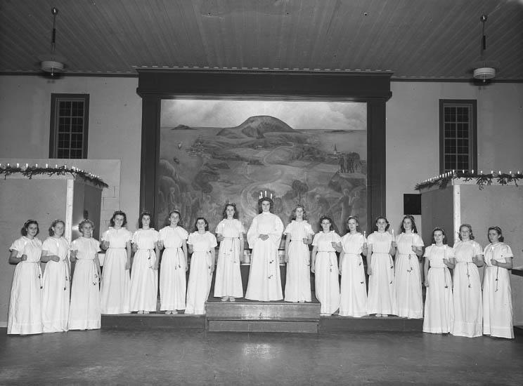 """""""Lucia med tärnor i samlingssalen, alla har ljus i händerna"""", 1949"""
