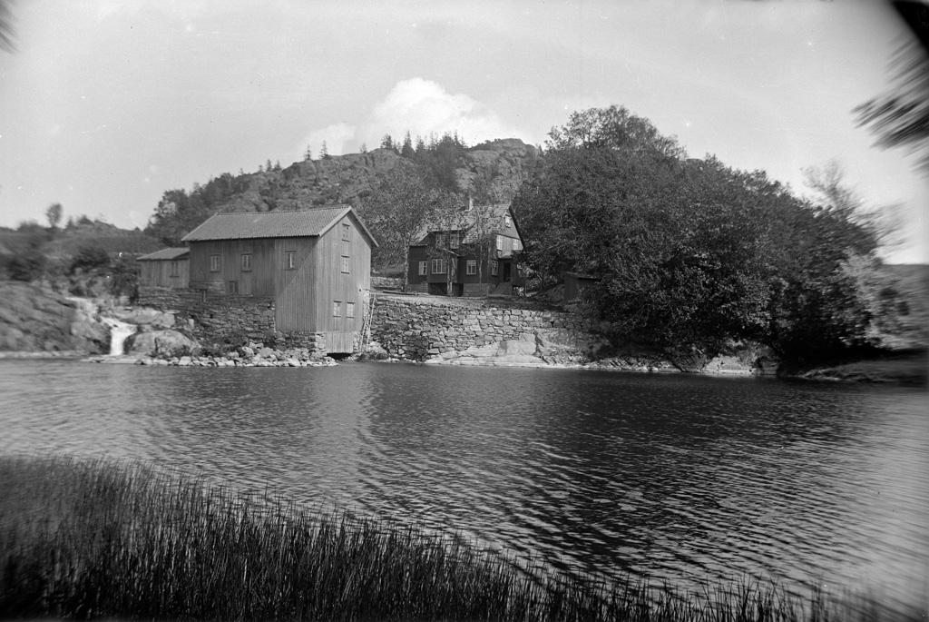 """Text till bilden: """"Vy vid Fossums kvarn. Taget d. 5/6 1922""""."""