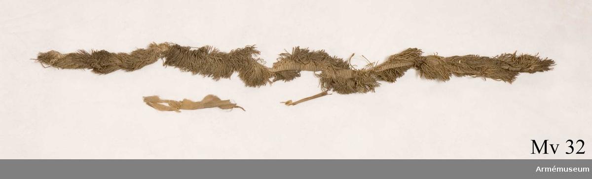 Stång av furu. Tännlikor med rester av vitgul sidentaft. Spår av lacksigill på duken.