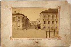 """Tryck på bildens framsida: """"Fotografi af Uddevalla och dess"""