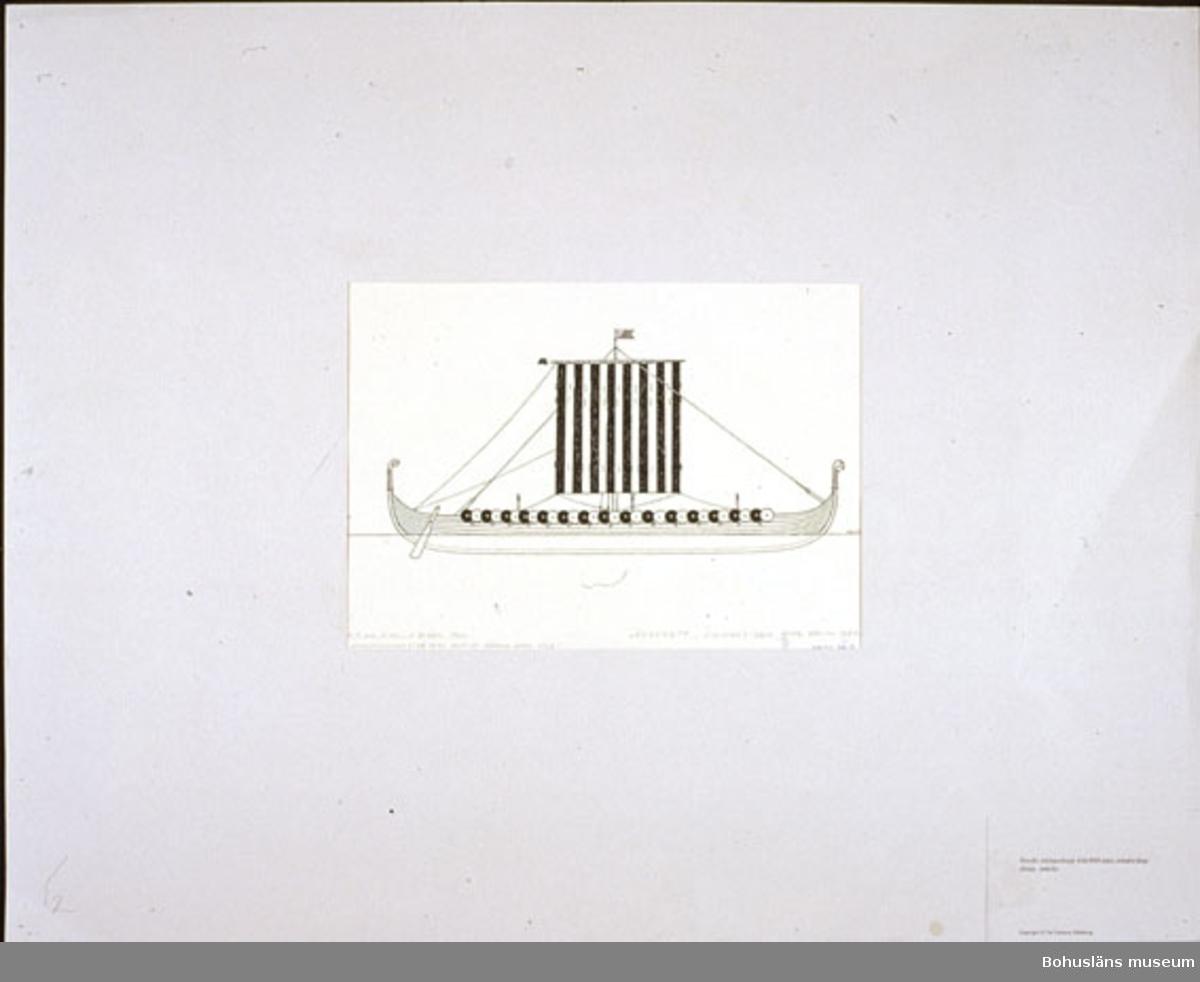 """Originalritningarna/skisserna till """"Segel genom sekler"""" gjordes mellan 1960-1962. Materialet är monterat i passepartouter av tunn grå kartong. Det förvaras liggande i en plywoodlåda (trä) med handtag (svartlackerad metall) samt lås med tvenne hänglås. Montering: Passepartout av tunn grå kartong; 55 x 66 cm."""