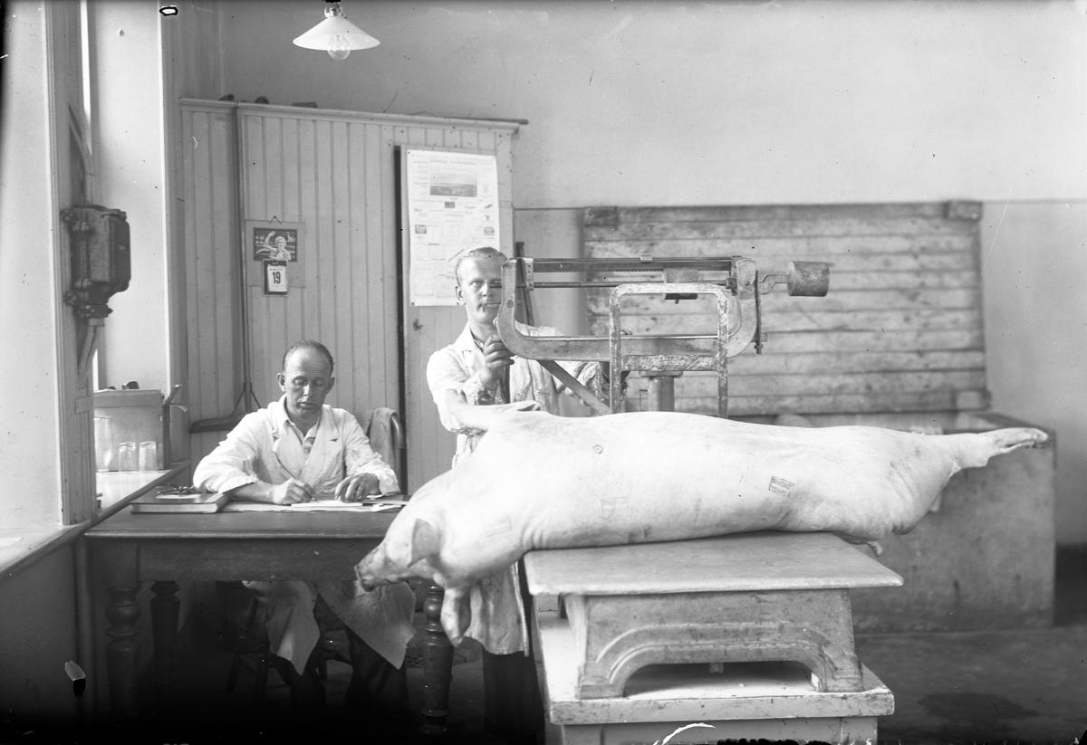 Köttbesiktningsbyrå på Arkivgatan i Jönköping, år 1937. På bilden syns Torsten Hammargren. Bilden togs med anledning av vakatmästare Edvin Larssons 50-årsdag.