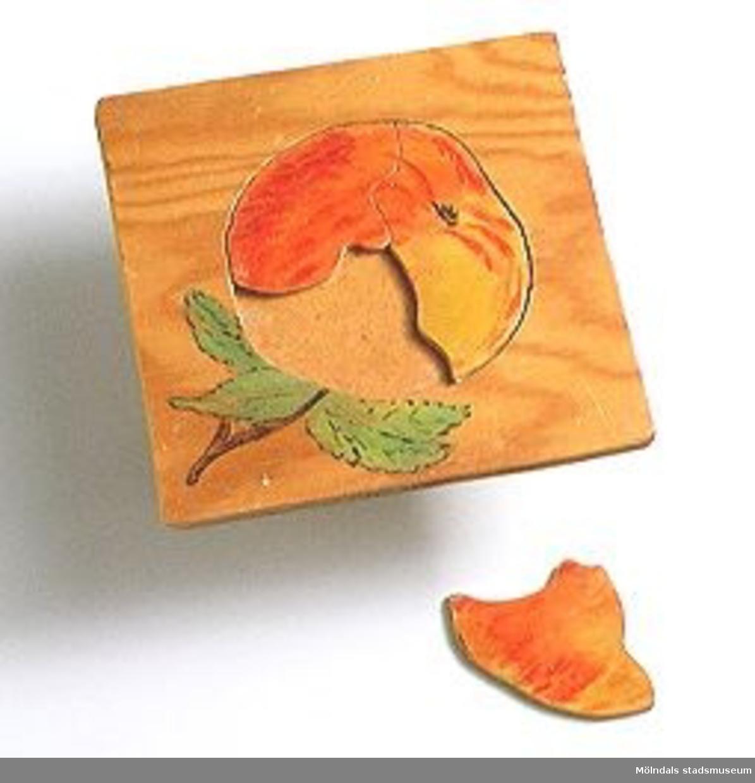 """Kontursågat i plywood, motiv """"äpple"""". Ingår i Holtermanska samlingen."""