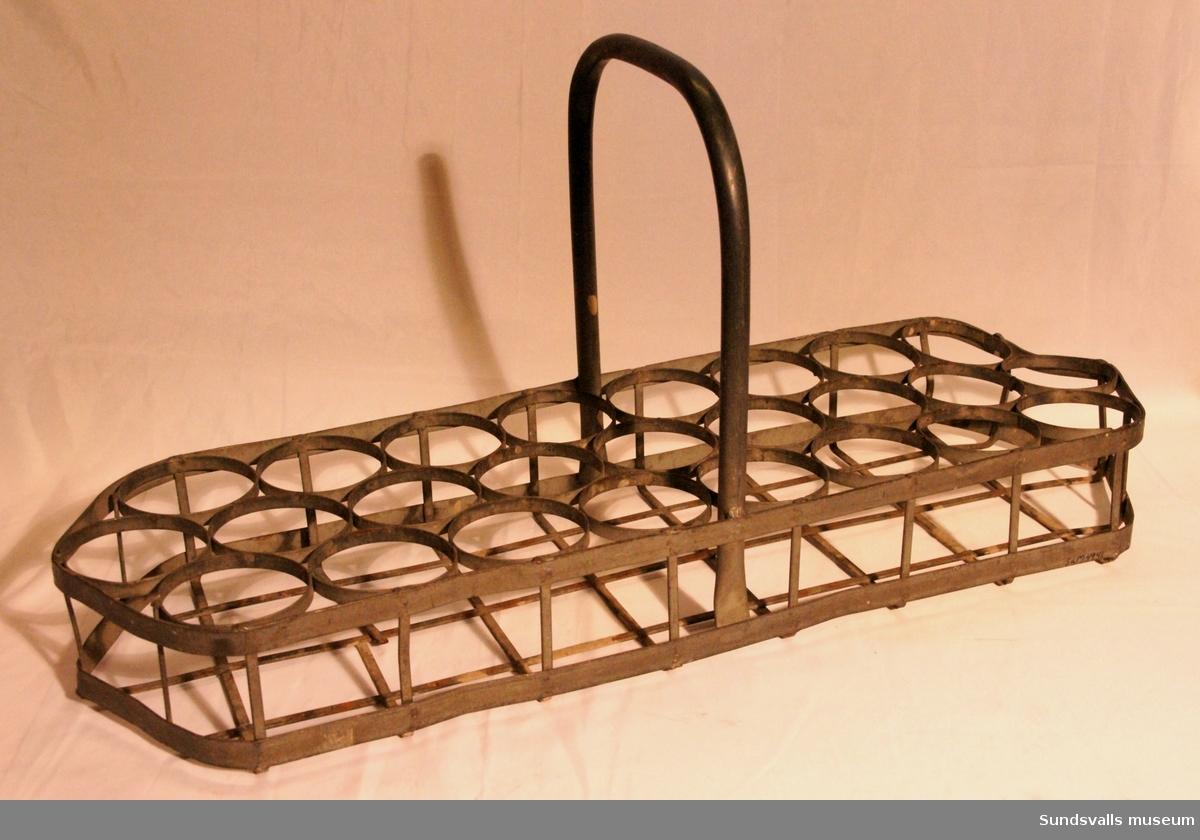 Back tillverkad i metall med bärhandtag för öl- eller läskedrycksflaskor.