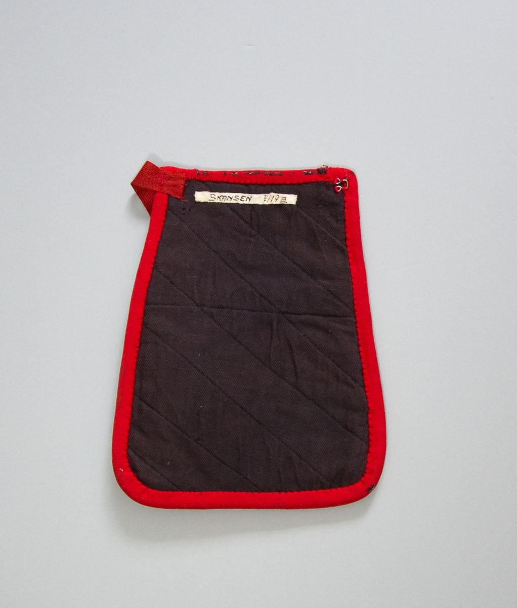 Kjolsäck till dräkt för kvinna från Gagnefs socken, Dalarna. Modell med avskuret framstycke. Tillverkad av svart ylletyg, kläde, med applikationer av kläde i rött, grönt och gult. Centralt placerat hjärtmotiv med  omgivande slingor och bladfigurer. Broderad med ullgarn och bomullsgarn i flera färger: läggsöm, kråkspark, flätsöm, sticksöm, plattsöm, stjälksöm. Överstycke av svart kläde med blombroderier och flätsöm. Kantad runtom med remsor av rött kläde. Foder av fabriksvävt bomullstyg med vita ränder på blå botten. Bakstycke av mörkblått fabriksvävt bomullstyg, kypert, med diagonala maskinstickningar och troligen ett mellanlägg. Midjeband av röd konstfiber, troligen rayon, diagonalvävt, med två hakar. Hyska på bakstycket.