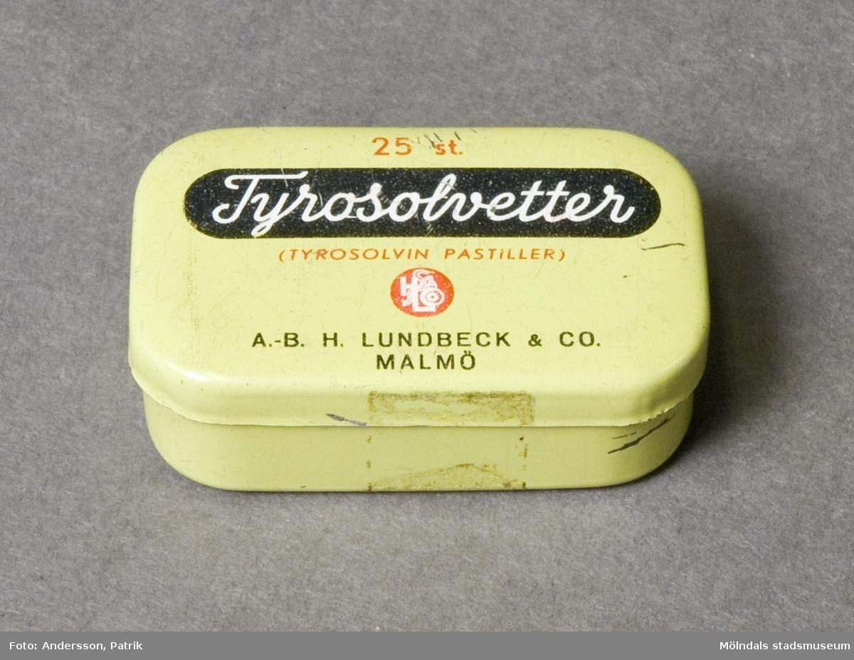 """Tablettask av plåt för 25 st Tyrosolvetter. På lockets insida står """"Pastellerna skola långsamt smälta i munnen""""."""