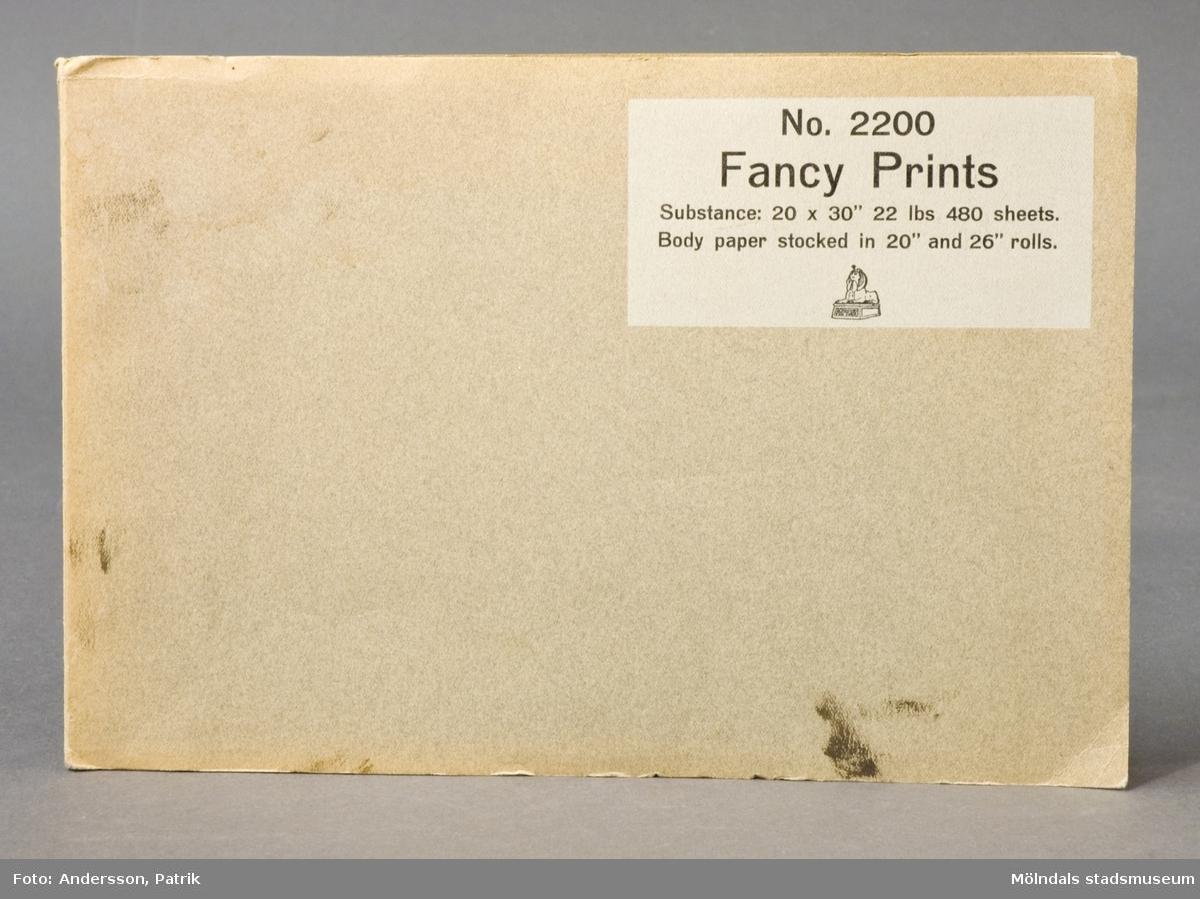"""Häfte med prover; """"Fancy Prints"""" No. 2200. Pärm av grått, grovt papper med produktinformation. Provark i olika storlekar, ordnade lättöverskådligt och märkta med siffra. Litteratur: Papyrus 1895-1945, Minnesskrift, Esseltes Götebortgsindustrier AB, Göteborg 1945."""