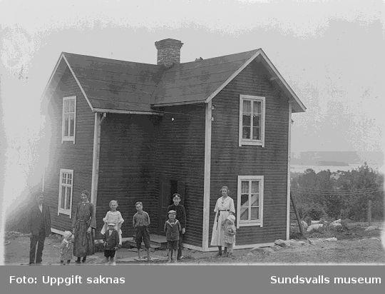 Familjen Thunholm framför sitt hus i Årskogen