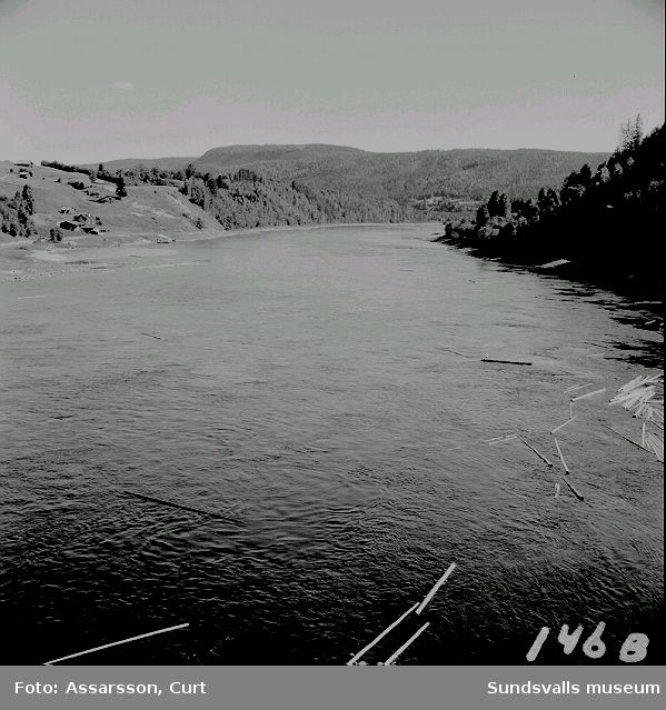 Utsikt från bron över älven. A) västerut.   B) österut.