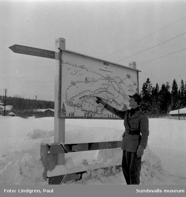 Luftvärnet Lv5s övningsområde, numera Södra bergets företagsby. Kapten Friberg studerar kartan.
