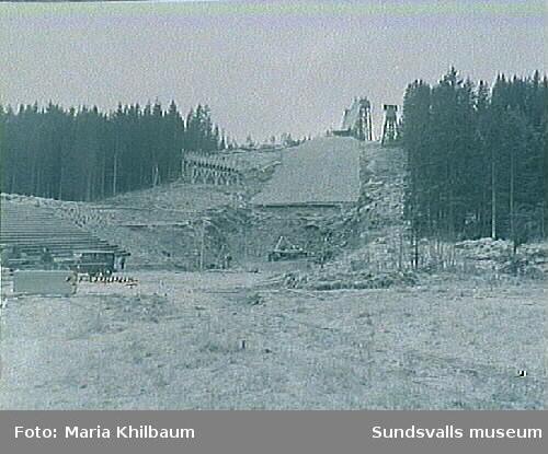 Kubenbacken under anläggande samt backhoppare. Hoppbacken invigdes den 14 februari 1937.