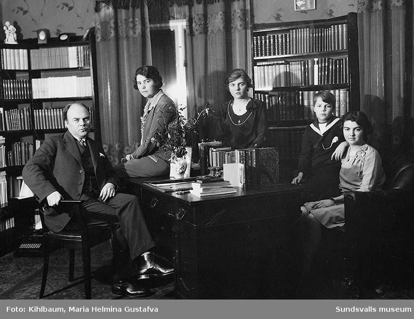 """Familjebild. Mauritz """"Moje"""" Wästberg med frun Disa samt barn. Disa var riksdagsman samt förbundsordförande i Sveriges socialdemokratiska kvinnoförbund under många år. Moje var redaktör på Nya Samhället."""