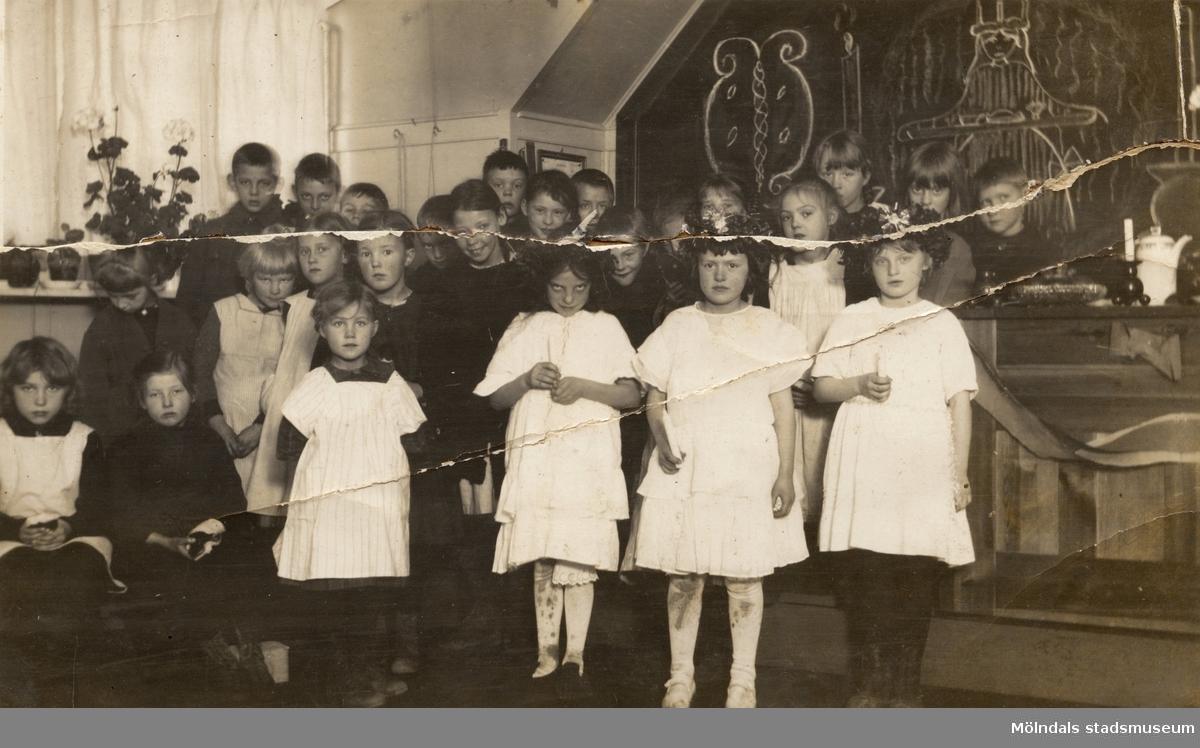 Skolklass med flickor och pojkar. Toltorpskolan i Mölndal år 1922.