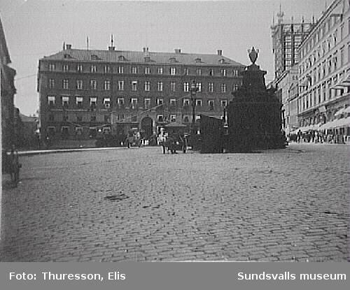 Brunkebergstorg med brunnen mitt på torget och Svenska Telegrambyrån i kvarteret bakom. T.h. ett telefontorn.