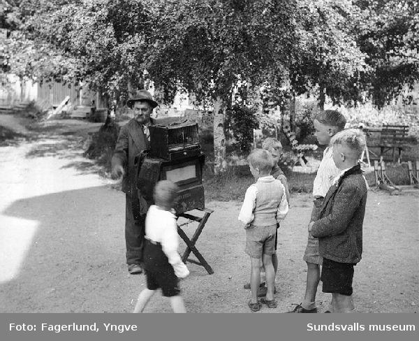 """Positivhalare, troligen Hjalmar Wide, med positiv av märket """"Meloton"""" på besök i Ljungaverk."""
