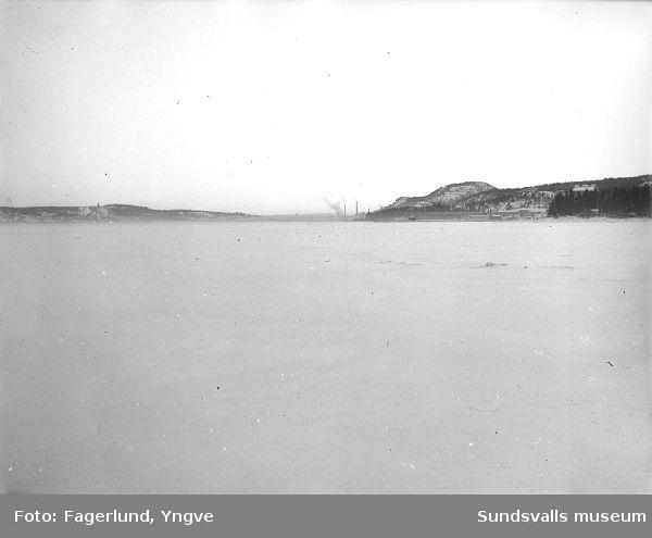 Vintervy mot Ljungaverk från Ljungan.