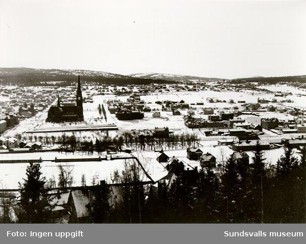 Vy över Västermalm och Sundsvalls kyrka från Stadsbacken.