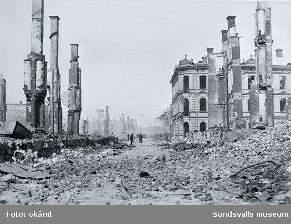 Brandrester, hörnet Storgatan - Bankgatan, till höger skorstenarna efter Hotel Nord samt skalet från Wessénska huset.
