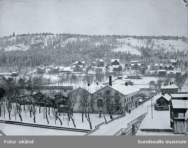 Vy från sydöst mot Stadsbacken. Ett parti av gamla Storbron i förgrunden.