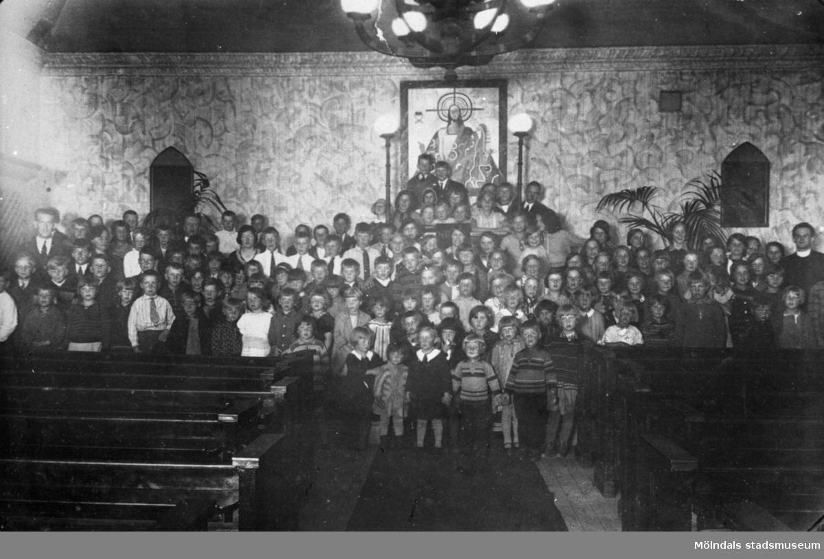Metodistkyrkans nya kyrka i Forsåker. Samling framför Joel Milas altartavla. 1940-tal.