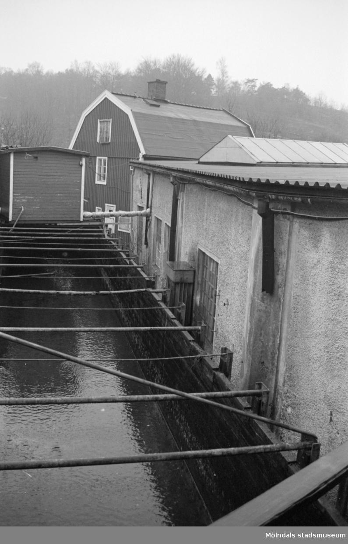 """Kvarnfallet 31 i Mölndal, Carlsfors fabriker med den gamla """"vattenrännan""""."""