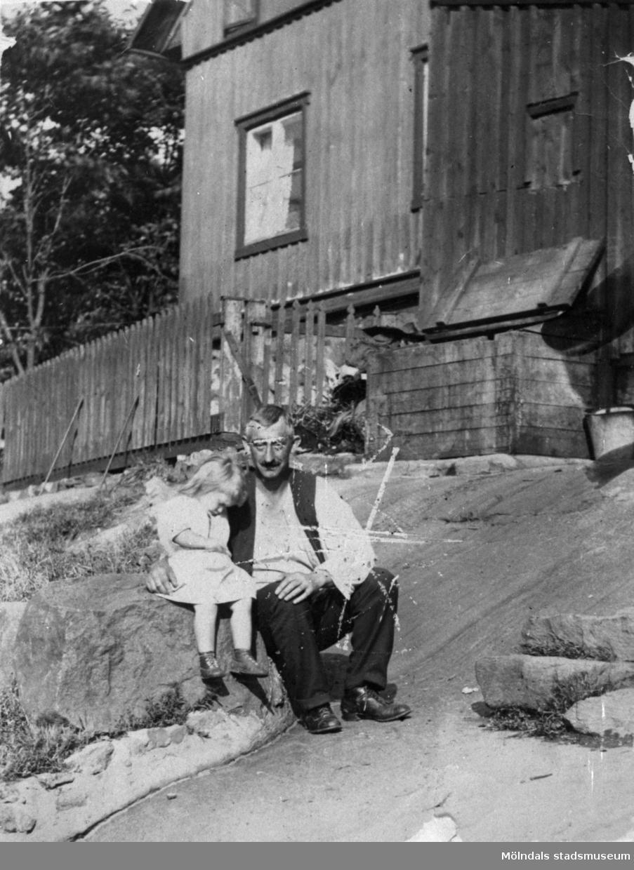"""Roten M26, Orveboet, i Mölndal år 1917. Avbildade personer: Gustaf Matsson och Elin Gustafsson.Elin med sin far Gustaf. Gustaf arbetade på Papyrus, myntade uttrycket: """"Somliga får många barn jag får bara 12."""". Bakom syns roten M 31."""