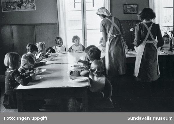 Sommargårdens barnkoloni i Stavreviken. De minsta barnens måltid. Fröknarna hette Anna Malmros och Greta Mattsson.