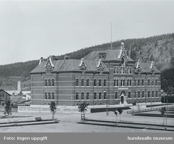 Sundsvalls Flickskola i kvarteret Trädgårdsmästaren. Numera heter kvarteret Hedbergska skolan.
