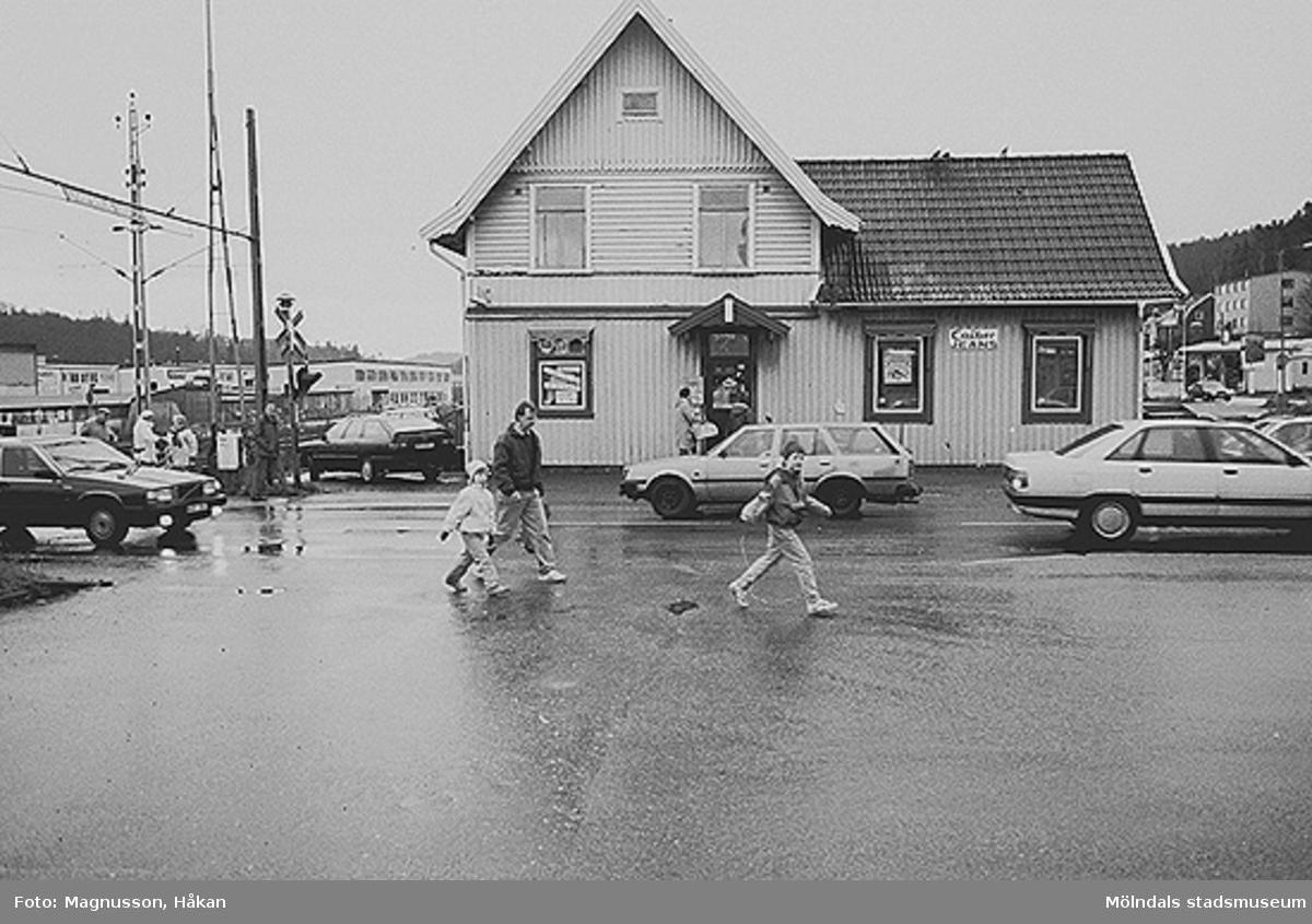 Byggnadsdokumentation inför rivning. Kållereds station på Våmmedal 3:135 i Kållereds centrum, februari 1991.