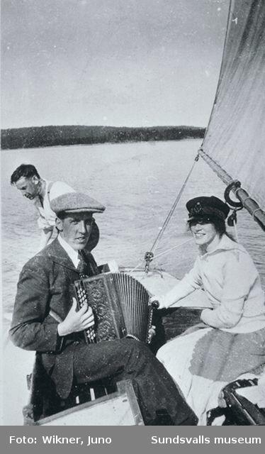 Badliv vid Spikarna. Från vänster Ture Larsson,som ägde båten tillsammans med två andra pojkar. Han arbetade på Mohögs kontor. Gunnar Edberg med dragspel och Terry Öman. Båten var en så kallad fenkölare.