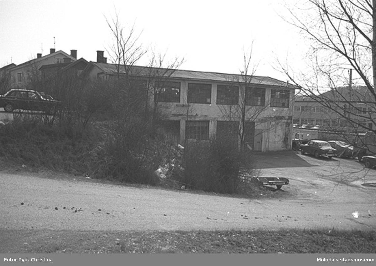 """""""Gamla Brandstationen"""", Gamla Riksvägen 34, Kållered. I övre våningen var det bilverkstad i många år. Bilden är tagen 1991."""