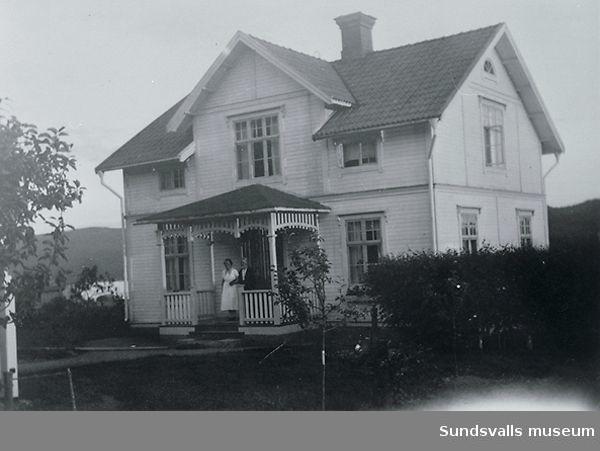 Hus som låg nära Stöde kyrka. Ägdes av två systrar.