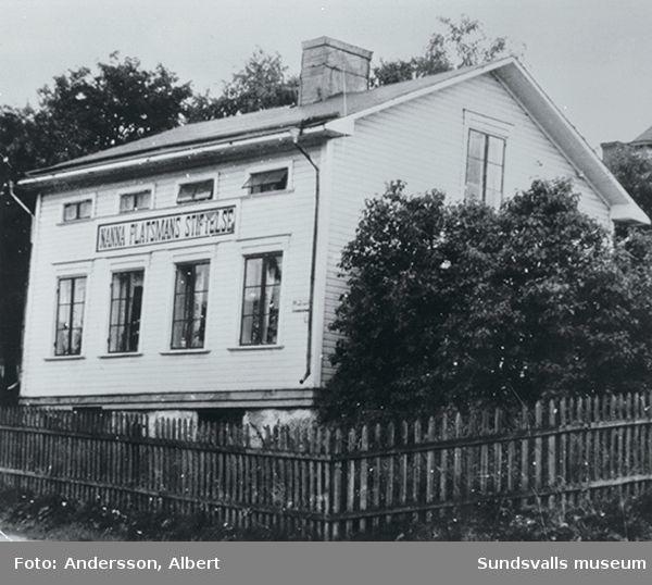 """Nanna Platsmans stiftelse, Södermalmsg 31.  Från 1878 till 1951 förvaltade staden denna fastighet som överlämnats av Fröken Nanna Platzmans Stiftelse för beredande av hyresfri bostad åt """"fyra obemedlade döttrar eller enkor efter embets- eller tjenstemän inom ståndspersonklassen""""."""