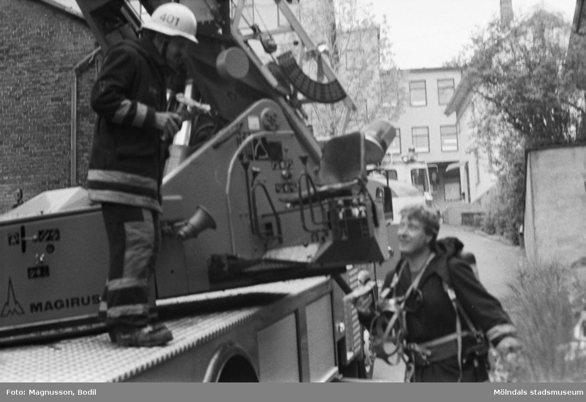 Soab-branden i Stora Götafors den 4 juni 1986. Två brandmän samtalar vid en brandbil.