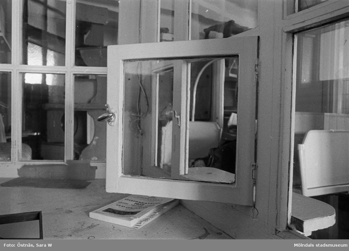 Interiör från Kvarnbyskolans bad 1986. Luckan till vaktmästarens kur.
