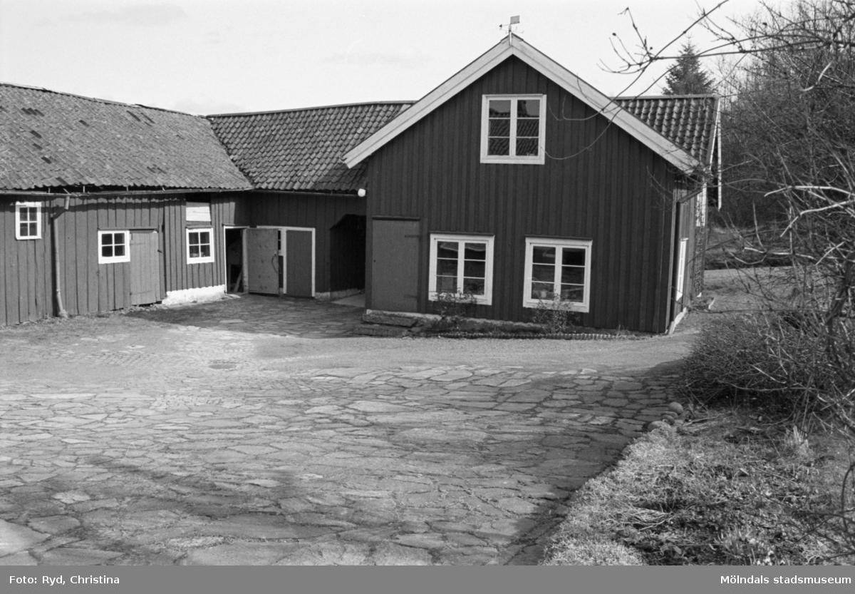 Byggnadsdokumentation av bostadshus samt ladugård vid Heljered 1:20 (1:2) i Kållered, 1992.