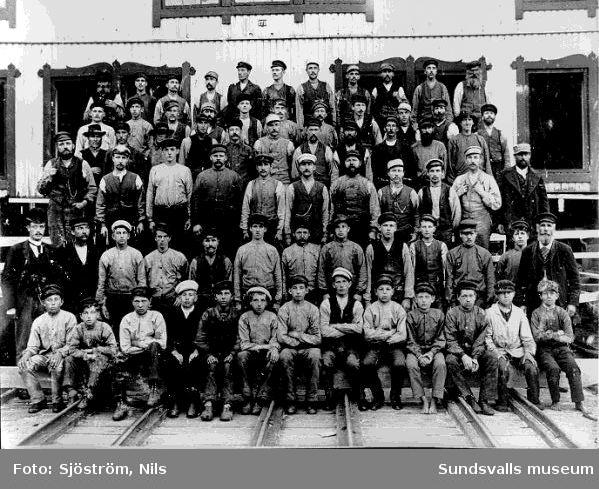 """Personal vid """"Nya sågen"""" i Svartvik. Förste manfr höger i andra raden nedifrån är 1:e sågställareHolmström, som dog 1904-04-24."""