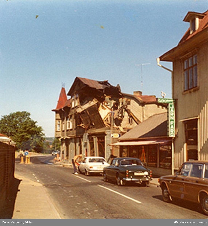 Bostadshuset på Kvarnbygatan 25 rivs, år 1975. Till höger ligger Kvarnbygatan 27. Till vänster skymtar muren till Papyrusområdet.