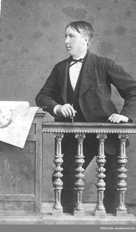 Andreas Benjaminsson, 1857-1927, Hassungared i Lindome.Emigrerade till USA 1886 och ändrade efternamnet till Benzon. Han var gift med Beata (född Lindbäck) och tillsammans fick de dottern Anna 1893.