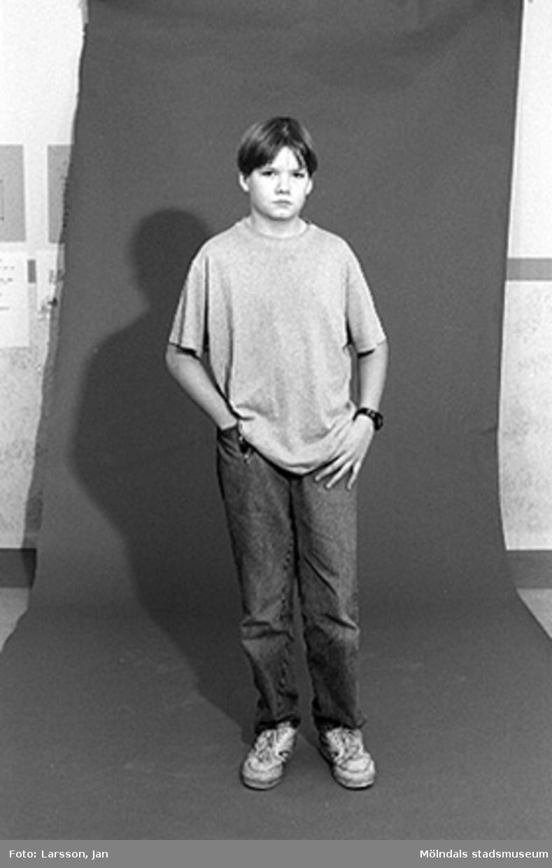 """Foton av ungdomar på fritidsgården Aktiviteten inför utställningen """"Krinoliner och kortkort"""" på Mölndals museum 1994-12-05."""