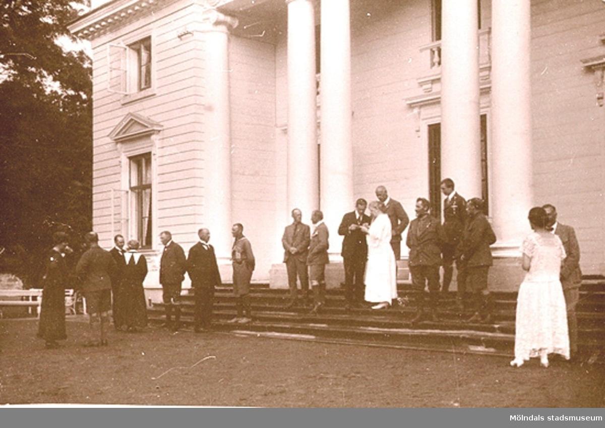 Middag för scoutledare och andra gäster, här fotograferade utanför Gunnebo slotts norra fasad 1923. Detta år hölls det internationella scoutlägret i Sjövalla.