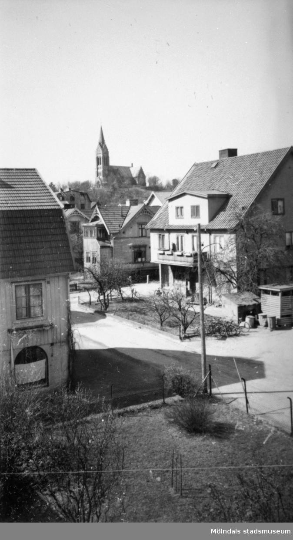 T.v ses Lillgatan 3. T.h. ses Frölundagatan 5 (Mölndalsbro 60 a, Kallstenius hus)och Frölundagatan 3 (Mölndalsbro 59). Frölundagatan heter nu Brogatan men ingen av fastigheterna fick vara med om namnbytet). Gatan i förgrunden är Lillgatan.