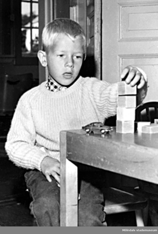 En pojke som leker med byggklossar och bil. Holtermanska daghemmet 1953.