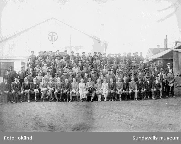 Personalen vid Sundsvalls Förenade Verkstäder, som efter konkursen ägdes av Sparbanken. John Lundgren i översta raden längst t v var aktieägare.