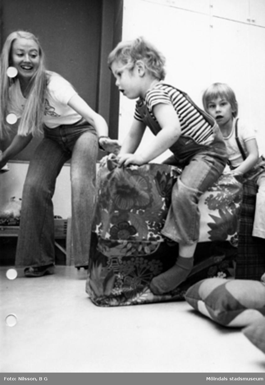 En lärare och två pojkar leker med kuddar. Holtermanska daghemmet maj 1975.