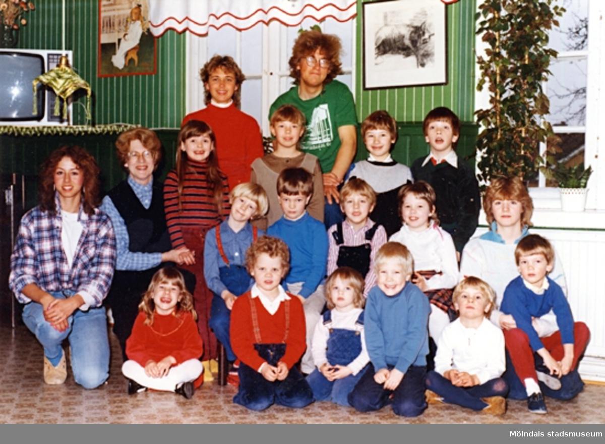 Fem lärare och femton barn vid Holtermanska daghemmet, 1984.